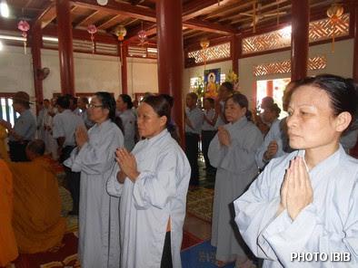 Huynh trưởng Gia Đình Phật tử tại lễ Cầu siêu Tưởng niệm tại Tu viện Long Quang, Huế – Hình PTTPGQT