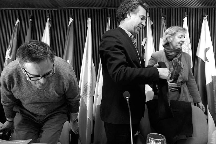 """Rodrigo Arim, Fernando Filgueira y Denisse Cook durante la presentación del informe """"Clases medias en Uruguay, entre la consolidación y la vulnerabilidad"""", ayer, en la UPAEP. Foto: Santiago Mazzarovich"""