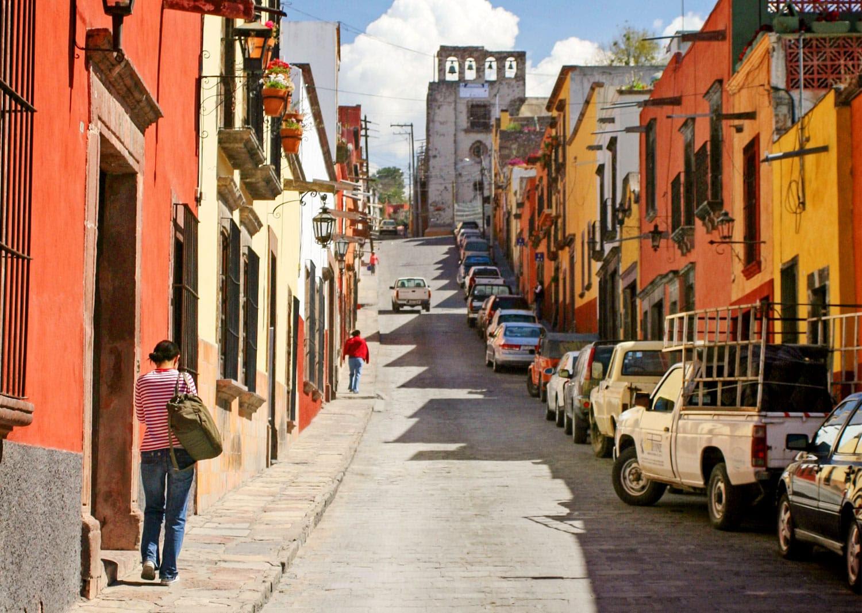 San Miguel de Allende, Meksika San Miguel de Allendein Caddesi. Bu kasaba, 17. ve 18. yüzyıllardan kalma binaları ile iyi korunmuş tarihi merkeze sahiptir.