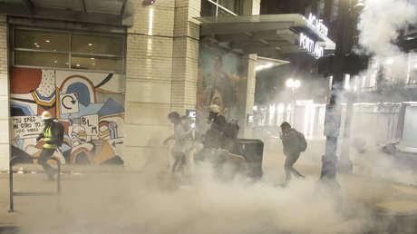 """La Policía califica de """"revueltas"""" las protestas en Portland tras el derribo de la cerca del tribunal (VIDEOS)"""
