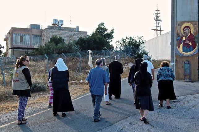 Monjas de Belén rezan ante el Muro de Apartheid israelí 'para derribarlo'
