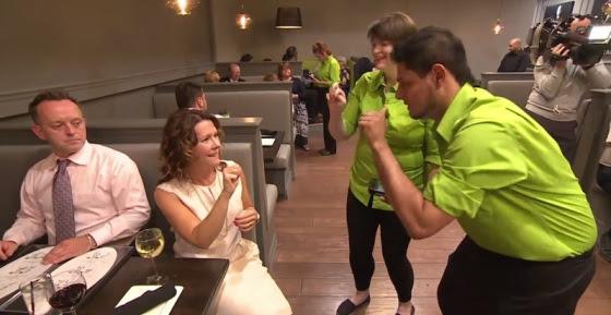 Com garçons surdos, o cliente é estimulado a usar a língua de sinais, descrita ao lado dos pratos no cardápio