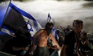 La Policía carga con cañones de agua para dispersar a los manifestantes contrarios al primer Ministro israelí, Benjamin Netanyahu en Jerusalén. /EFE