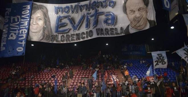 Seguidores del candidato a la presidencia de Argentina Daniel Scioli se retiran después de escuchar su discurso y conocer la victoria parcial del candidato de Cambiemos Mauricio Macri./ EFE