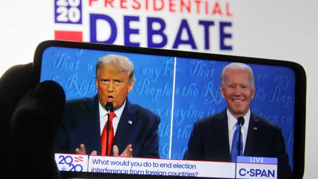 Trump e Biden trocam ataques pessoais e mantêm civilidade em último debate duro