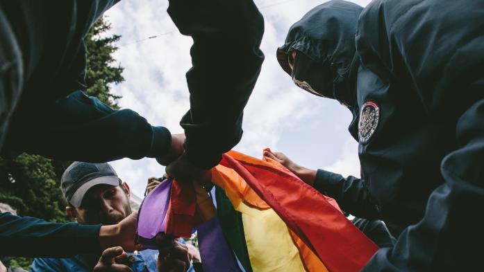 VIDEO. Ukraine : des manifestants LGBT violemment attaqués lors de la Journée mondiale de lutte contre l'homophobie