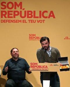 El cabeza de lista de ERC, Gabriel Rufián, durante su intervencion en el acto de cierre de campaña de la formación republicana. EFE/Toni Albir