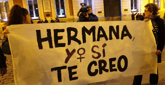 Protesta en la plaza Mayor de Madrid tras la marcha feminista 'Reclama las calles y la noche'. / FERMÍN GRODIRA