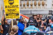 C. D. activista Witherspoon habla a manifestantes durante mociones previas al juicio para los oficiales de policía y seis acusados en relación con la muerte de Freddie Gray en Baltimore