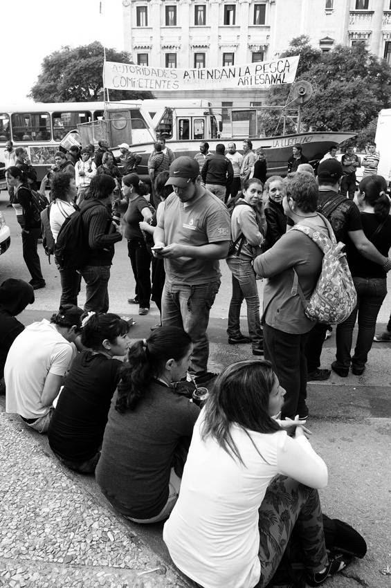Movilización del Sindicato Único Nacional de Trabajadadores del Mar y Afines (SUNTMA), pescadores artesanales y trabajadores de los puestos de venta en ferias, ayer frente al Palacio Legislativo. / Foto: Sandro Pereyra