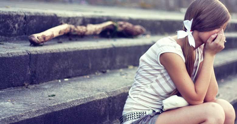 mujer sentada escaleras publicas triste llorando