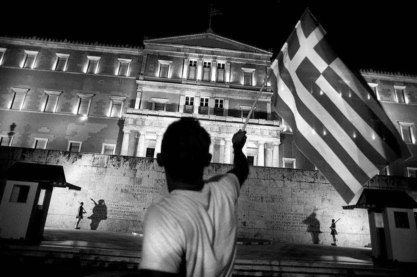 Partidario del No festeja frente al Parlamento griego, ayer, en Atenas, Grecia. Foto: Iakovos Hatzistavrou, Afp