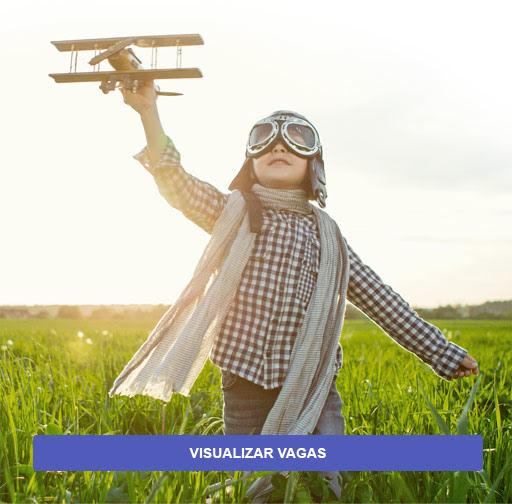 Foto com menino brincando com aviãozinho