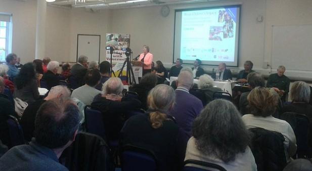 Bethan Jenkins, miembro de la asamblea habla en la conferencia de solidaridad con Venezuela
