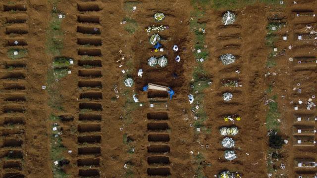 Brasil contabiliza média móvel de 1.011 mortes por covid-19 diariamente