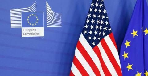Banderas de Estados Unidos y la Unión Europea en Bruselas