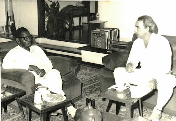 El periodista Moisés Saab entrevista al Presidente angola Agusthino Neto. Foto: Archivo del autor.