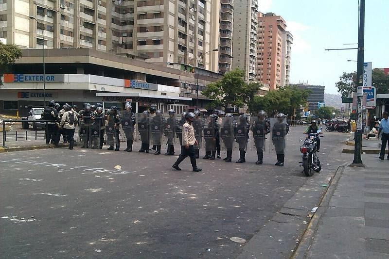 Mientras efectivos de la Guardia Nacional Bolivariana (GNB) recogían escombros grupos de choque opositores disparan en Los Ruices - Los Cortijos, Caracas