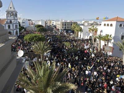 Manifestación hoy por las calles de Puerto del Rosario (Fuerteventura) contra las prospecciones de Repsol en las islas. EFE