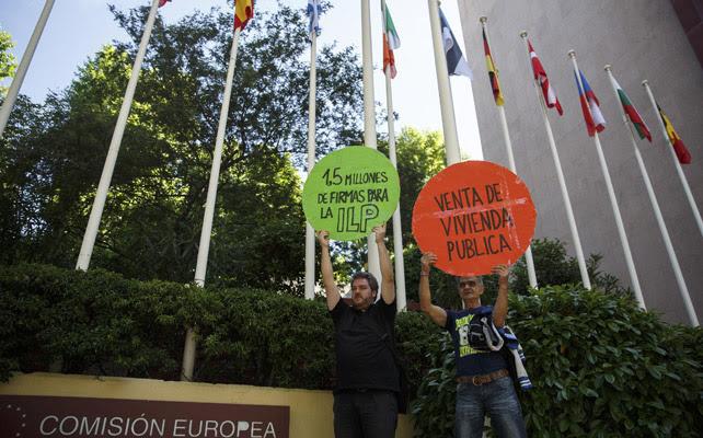 Activistas de la PAH en la sede de la Comisión Europea en Madrid.