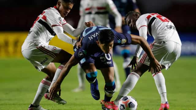São Paulo perde em casa e adia confirmação de vaga na Libertadores