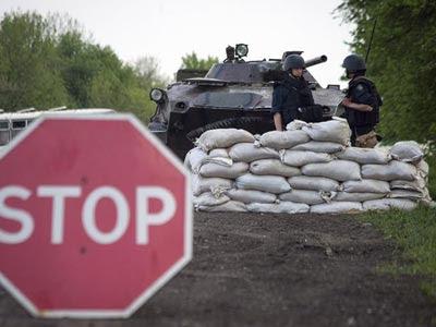 Activistas prorrusos armados hacían guardia en un improvisado puesto de control en Slaviansk,