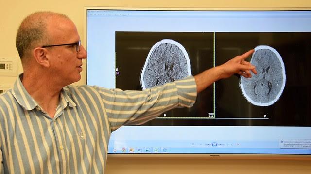 Доктор                                                          Нево Маргалит                                                          показывает на                                                          снимке                                                          удаленную                                                          часть черепа.                                                          Фото:                                                          пресс-служба