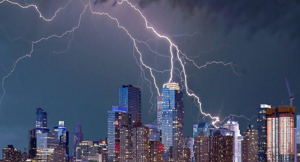 Relámpagos brillan en el cielo sobre Nueva York