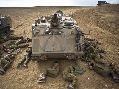 Soldados israelíes duermen alrededor de su blindado junto a la frontera de Gaza. REUTERS/Nir Elias