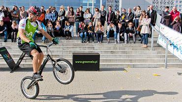 Krystian Herba podczas pokazu ewolucji rowerowych w ramach otwarcia MOR Green Velo