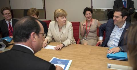 El primer ministro griego, Alexis Tsipras, junto a la canciller alemana, Angela Merkel, y el presidente francés, François Hollande, durante una reunión celebrada en la sede del Consejo Europeo en Bruselas. EFE