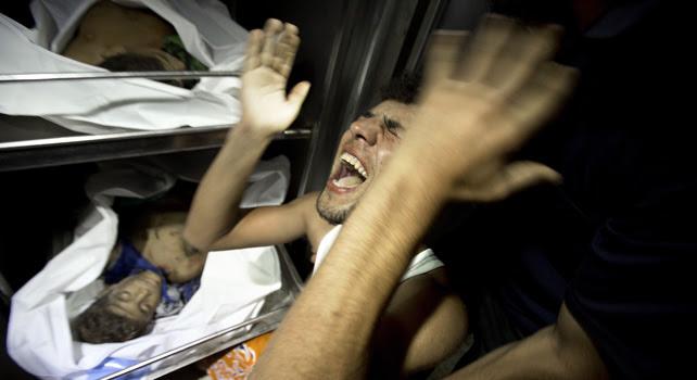Un familiar lamenta la muerte de un niño en la morgue del hospital de Al-Shifa.- AFP