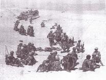 צנחנים מגדוד 890, בתעלת מגן עם טנק-חילוץ תקוע. 1973.
