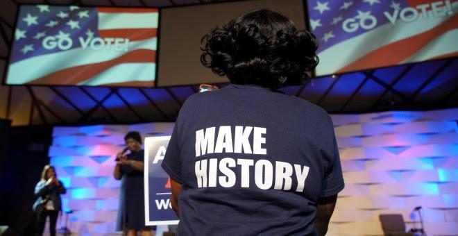 Una seguidora de Stacey Abrams escucha a la candidata demócrata a gobernadora por Georgia. - REUTERS