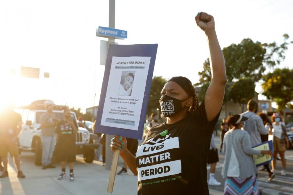 """Un manifestante sostiene un cartel que dice """"Justicia para Dijon"""" durante una protesta contra el asesinato de Dijon Kizzee en Los Ángeles. REUTERS / Patrick T. Fallon"""