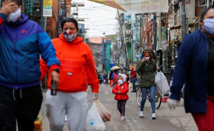 Algunos de los residentes caminan con barbijos en el marco de la pandemia del coronavirus (Foto: Reuters)