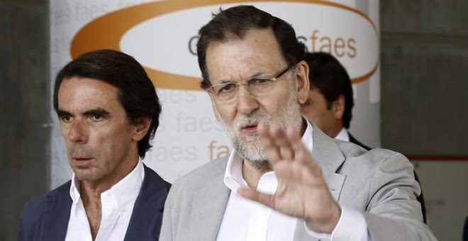 El presidente del Gobierno y del PP, Mariano Rajoy, junto al presidente de honor del PP y presidente de FAES, José María Aznar. / SERGIO BARRENECHEA (EFE)