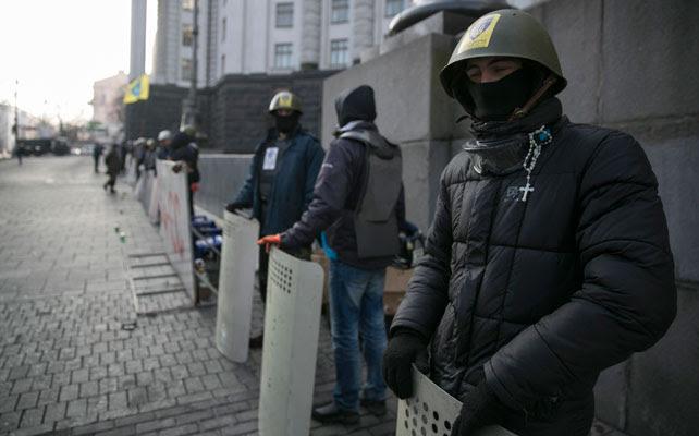 Las milicias de las 'Fuerzas de Autodefensa' montan guardia en las calles de Kiev.
