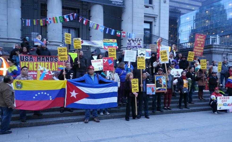 Más de un centenar de manifestantes se concentraron este martes en la Galería de Arte de Vancouver, Canadá, para expresar su rechazo a la injerencia estadounidense contra Venezuela
