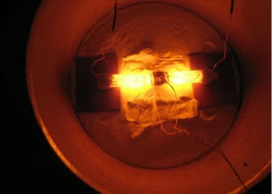 Den lille reaktoren brukes av Alexander Parkhomov, glødende varme.