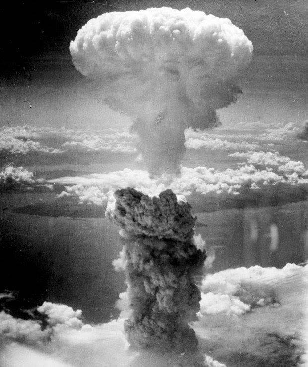 Ναγκασάκι-9 Αυγούστου 1945: Η Πολεμική Αεροπορία των ΗΠΑ τράβηξε αυτή τη φωτογραφία που δείχνει ένα σύννεφο 'μανιταριού' που προκλήθηκε από την ατομική βόμβα. Αυτή η βόμβα, μαζί με μια άλλη βόμβα που έπεσε στη Χιροσίμα, προκάλεσε το θάνατο σε  150.000 ανθρώπους. Μέχρι τότε κανείς δεν  είχε δει ποτέ την καταστροφή που προκαλεί μία ατομική βόμβα, και αυτή η εικόνα που έκανε τον γύρω του κόσμου, έσπειρε τον φόβο σε όλη την ανθρωπότητα.