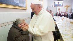 El Papa durante un almuerzo con los pobres de Roma