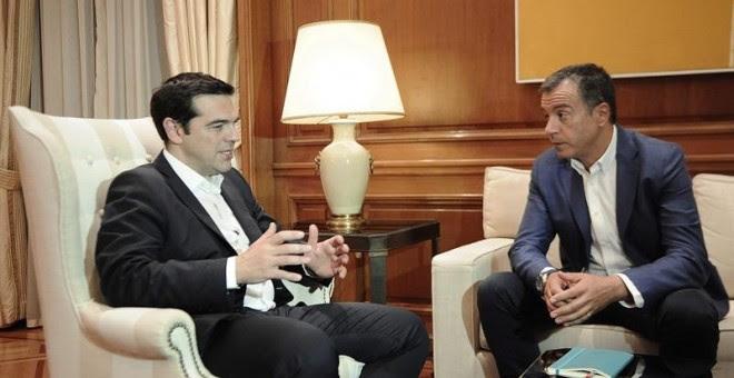 El primer ministro de Grecia Alexis Tsipras (i) habla con el líder del partido Potami Stavros Theodorakis hoy, miércoles 8 de julio de 2015, en el Salón Máximo en Atenas. / FOTIS PLEGAS (EFE)