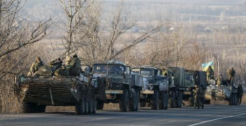 Miembros de las fuerzas armadas de Ucrania montan en vehículos militares cerca de Artemivsk, en el este de Ucrania / REUTERS