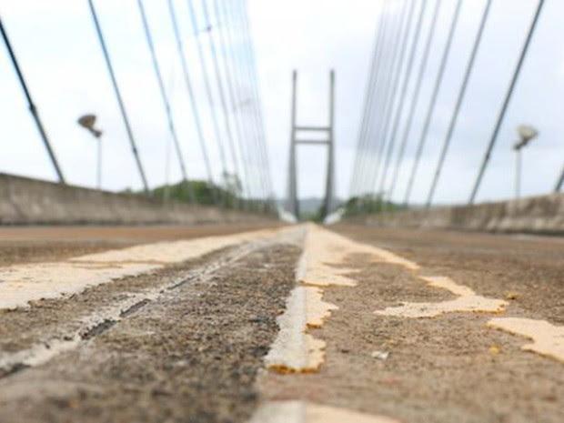 Ponte sobre rio Oiapoque foi terminada há quatro anos, mas ainda está fechada (Foto: BBC)