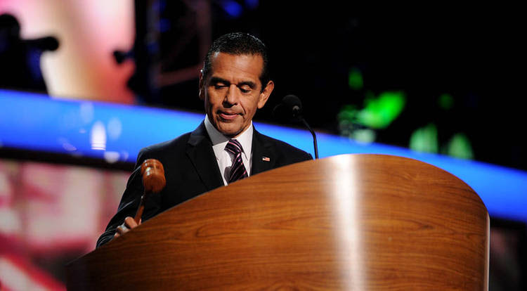 Los Angeles Mayor Antonio Villaraigosa bangs the gavel to start day two of the Democratic National Convention.