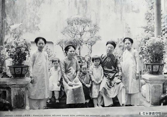 Hanoi 1920-1929 - Famille riche réunie dans son jardin au moment du Têt
