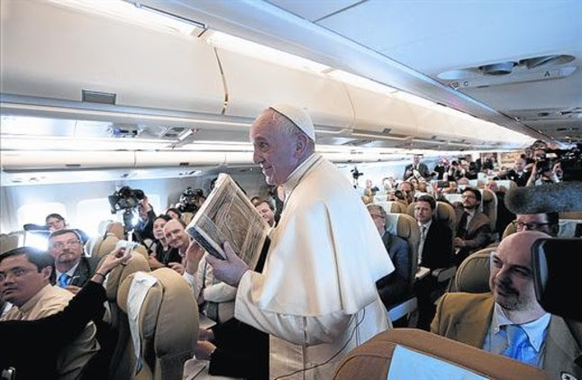 El papa Francisco, entre periodistas, a bordo del avión que le transportó de Sri Lanka a Filipinas.