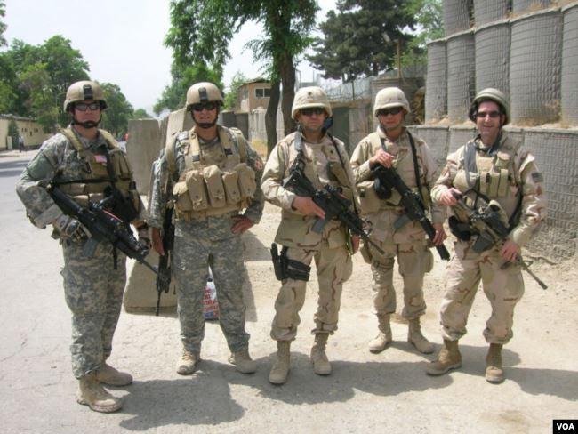 Thiếu tá Huấn (thứ hai, phải sang) trong những ngày làm việc tại Iraq. (Hình- Nguyễn Từ Huấn cung cấp)
