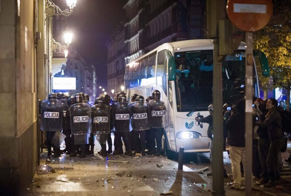 Antidisturbios, tras los escudos